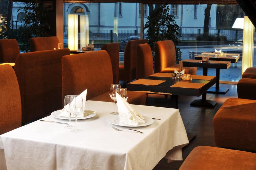 Cadeiras e mesas de restaurante